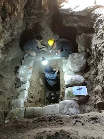 کشف دستتراشهای دورههای نوسنگی و پارینهسنگی در غار انجیری