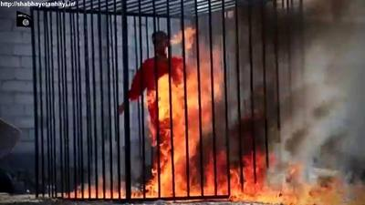 داعش معاذ الکساسبه خلبان اردنی که هواپیمایش در حال بمباران مواضع داعش بود سقوط کرد و به دست تروریستهای داعشی افتاد و وی را در قفسی اهنی به آتش کشیدند.