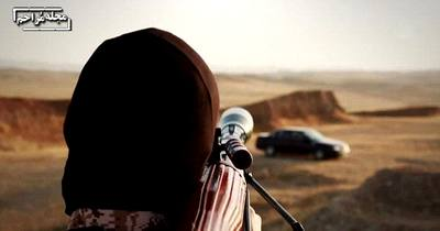 داعش در روشی دیگر چند اسیر را در ماشینی گذاشته و از دور با خمپاره به آنها شلیک میکند!