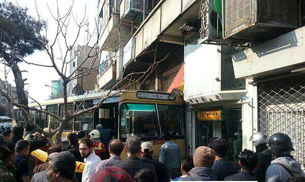 اتوبوس وارد یک باب مغازه شد/ برخورد با 3 موتورسیکلت و ورود به مغازه