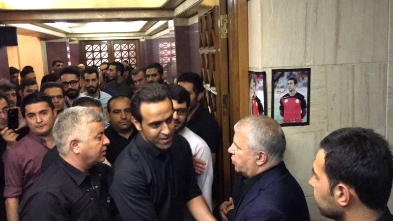 علی پروین و علی کریمی در مراسم ترحیم اولادی/ عکس